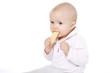 niemowlę je biszkopt