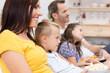 glückliche familie schaut fernsehen