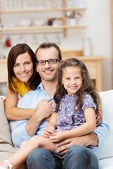 glückliche familie sitzt zu hause