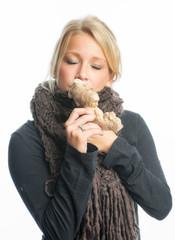 Kranke Frau riecht an einer Ingwerknolle