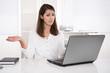 Frustrierte jung Frau im Büro - Computer Probleme