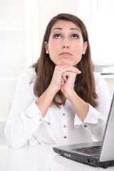 Frau träumt im Büro - Langeweile