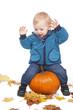Kleinkind mit Kürbis und Herbstblättern - kid with pumpkin