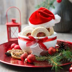 Dekorativer Weihnachtsteller mit Marmeladenplätzchen