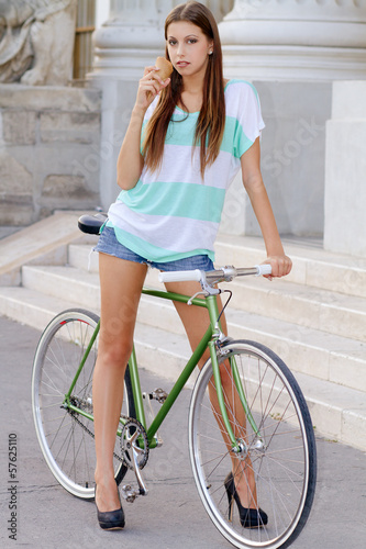 portrait of an attractive young woman with fixie bicycle