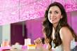 Junge Frau in einem Eiscafe oder Cafe