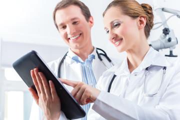 Ärzte Team in Praxis mit digitaler Krankenakte