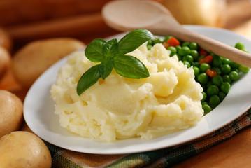 purè di patate con contorno di piselli