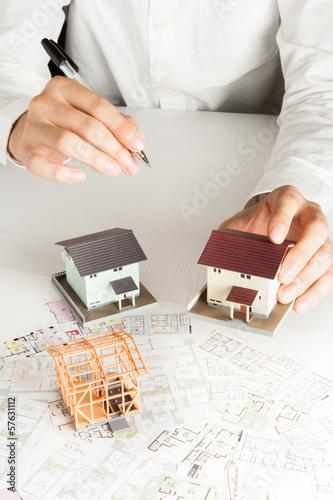 住宅販売で家を説明するセールスマン