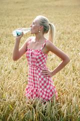 Junge attraktive Frau mit Wasserflasche