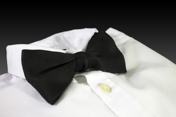 Camicia bianca con papillon nero