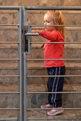 une petite fille d'ouvrir la porte