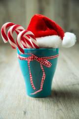 Zuckerstangen mit Nikolausmütze