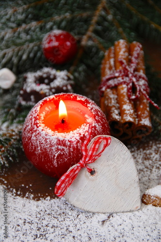 rote Adventskerze mit Holzherz