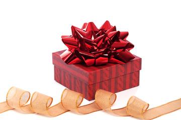 Weihnachtsgeschenk gold mit roter Schleife