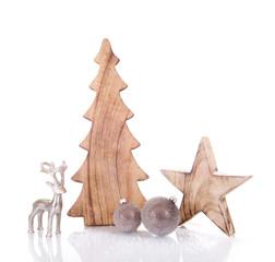 Weihnachtsdekoration vor weiß