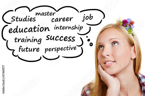 Junge Frau denkt an ihre Ausbildung