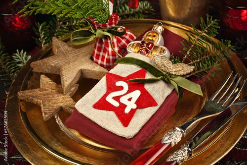 weihnachtlich gedeckter tisch in gold und rot stockfotos und lizenzfreie bilder auf fotolia. Black Bedroom Furniture Sets. Home Design Ideas