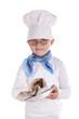 kleiner Koch beim Abtrocknen