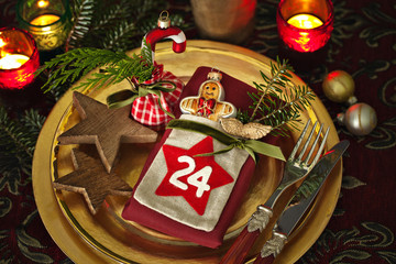 Weihnachtlich gedeckter Tisch in Gold und Rot