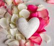 Liebevolle Grüße: Weißes Herz mit Rosenblütenblättern