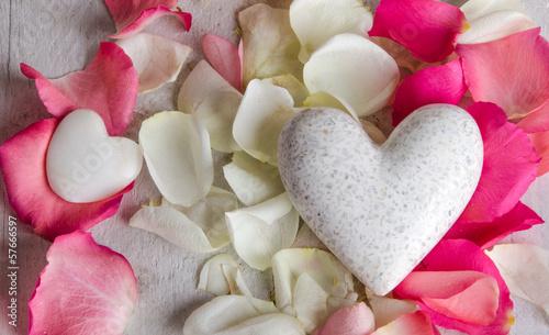 Liebe Grüße: Weißes Herz mit Rosenblütenblättern