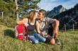 Paar küsst sich auf einer Wiese in den Bergen