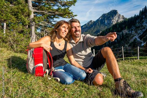 Fotobehang Alpinisme Paar macht Pause auf einer Wiese in den Bergen
