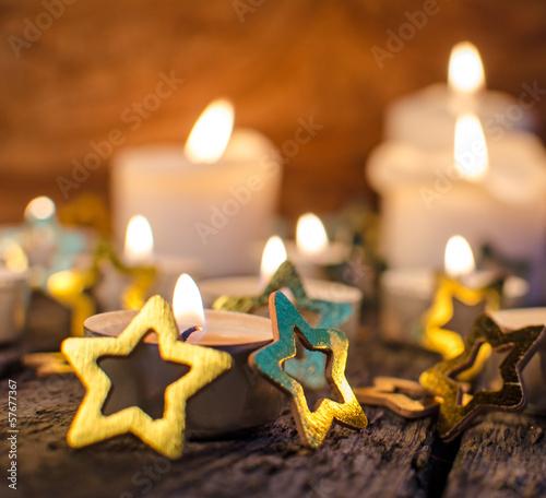 Frohe Weihnachten: Stimmungsvolles Kerzenlicht mit Goldsternchen