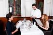 canvas print picture - Frau und Mann beim Abendessen im Restaurant