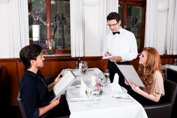 Frau und Mann beim Abendessen im Restaurant
