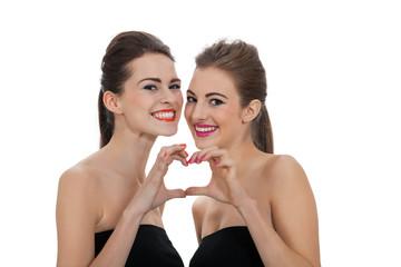zwei attraktive junge frauen mit make up sinnlich isoliert