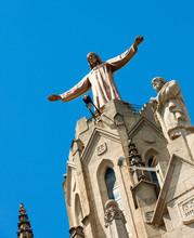 Rzeźba Jezusa na świątyni Sagrat Kor