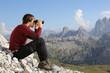 canvas print picture - Mit Fernglas ins Tal schauen in den Bergen
