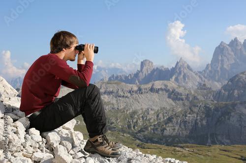 canvas print picture Mit Fernglas ins Tal schauen in den Bergen