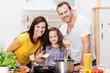 eltern und tochter kochen zusammen
