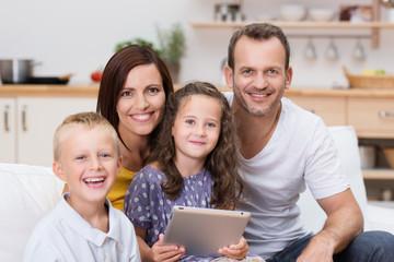 mädchen mit familie hält tablet in der hand