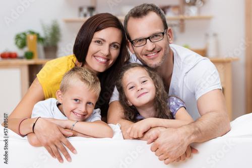 canvas print picture lachende familie auf dem sofa