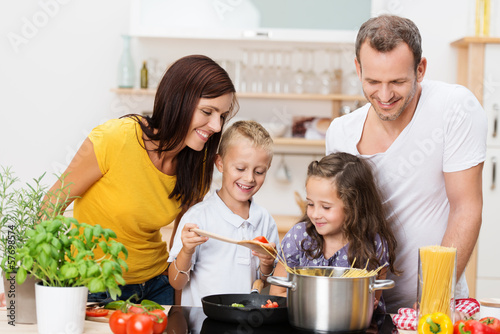 canvas print picture familie kocht zusammen spaghetti