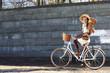 Kobieta na wycieczce rowerowej w parku miejskim