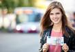 Junge Frau hält 50 Euro
