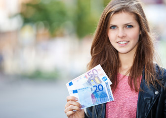 Junge Frau hält 70 Euro
