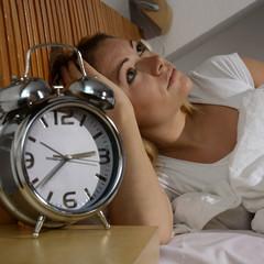 Frau hat Probleme beim Einschlafen