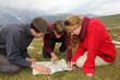 canvas print picture - Ziel suchen auf einer Landkarte in den Bergen