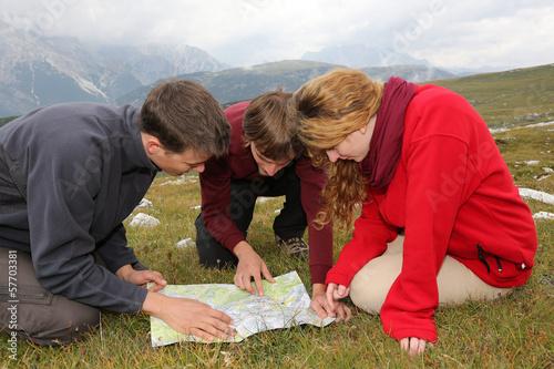 canvas print picture Ziel suchen auf einer Landkarte in den Bergen