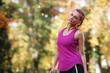 Sportliche Frau im Park