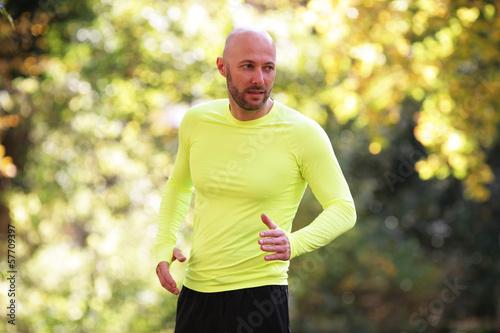 Mann joggt im Herbst