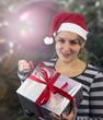 Junge Frau beim Geschenke auspacken