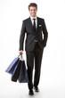 Uomo felice fa shopping con borse