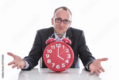 Feierabend - Mann isoliert mit einer Uhr 16.00 Uhr